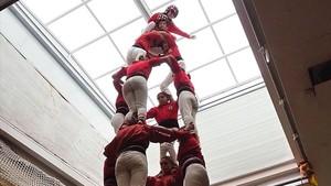 Los Castellers de Barcelona descargan una torre solo de mujeres