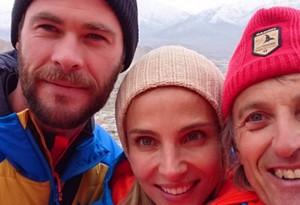 Chris Hemsworth, Elsa Pataky y Jesús Calleja, durante su viaje al Himalaya.