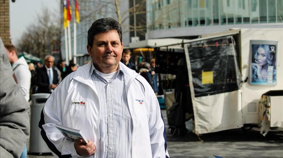 Chris Jansen, líder local del PVV, durante un recorrido por Almere, feudo de la ultraderecha en Holanda.