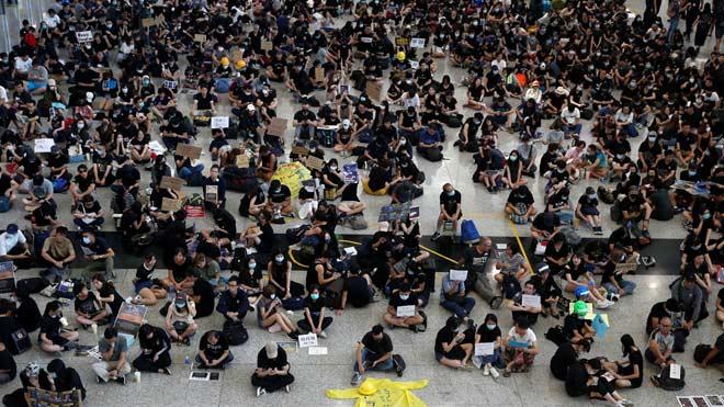 Cientos de personas ocupan el Aeropuerto de Hong Kong
