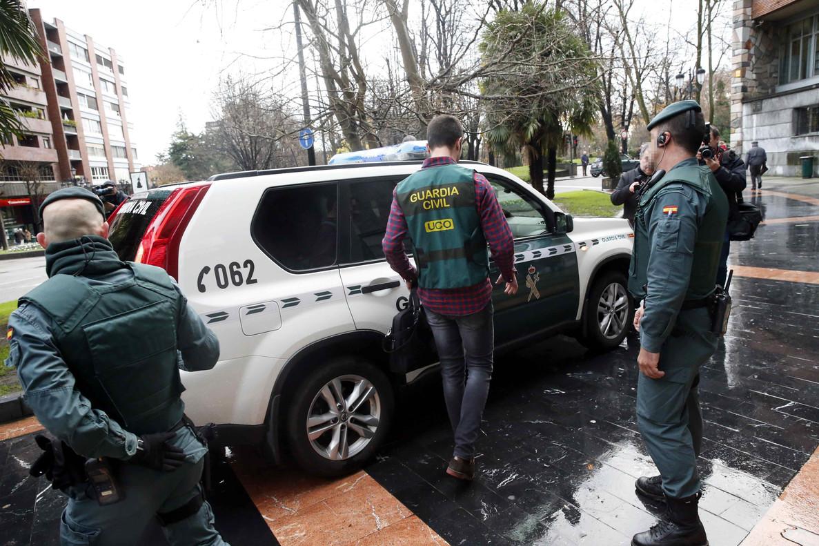 Agentes de la Unidad Central Operativa (UCO) de la Guardia Civil participan en el registro de la sede del sindicato UGT, en Oviedo.