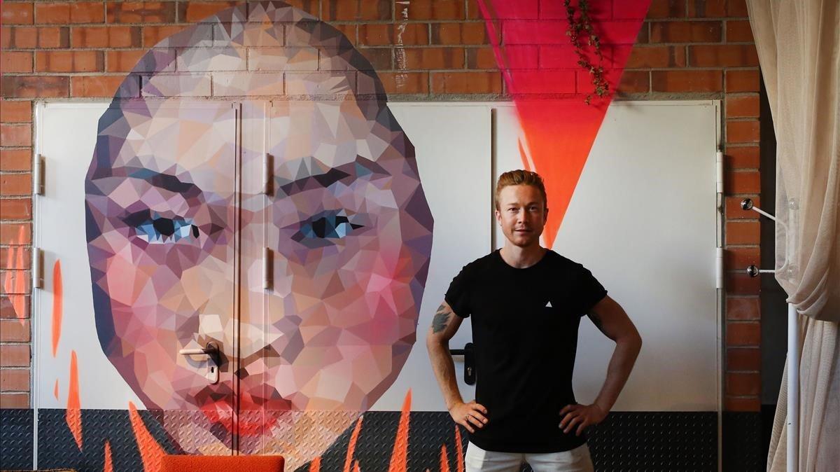 Joel Serra, uno de los impulsores de ClubHaus, junto a un decorado del local.