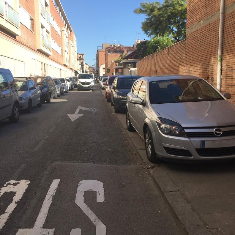 Coches aparcados en las aceras.