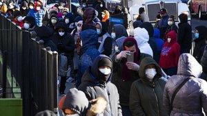 Cola de gente para hacerse la prueba del coronavirus en el hospital Elmhurst de Queens, en Nueva York.