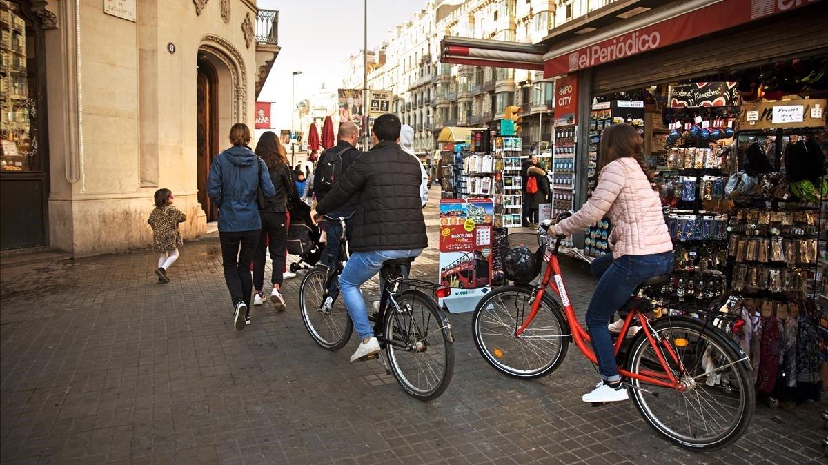 Con el comienzo de año, las bicicletas tienen prohibido circular por las aceras de Barcelona.