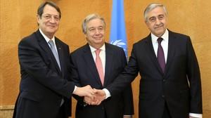 De izquierda a derecha: el presidente chipriota Nicos Anastasiades,el secretario general de la ONU Antonio Guterres y el líder turco chipriota Mustafa Akinci se saludan durante la Conferencia de paz sobre Chipre en Ginebra.