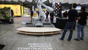 Un robot muestra sus posibilidades en el área sobre el futuro de BBConstrumat