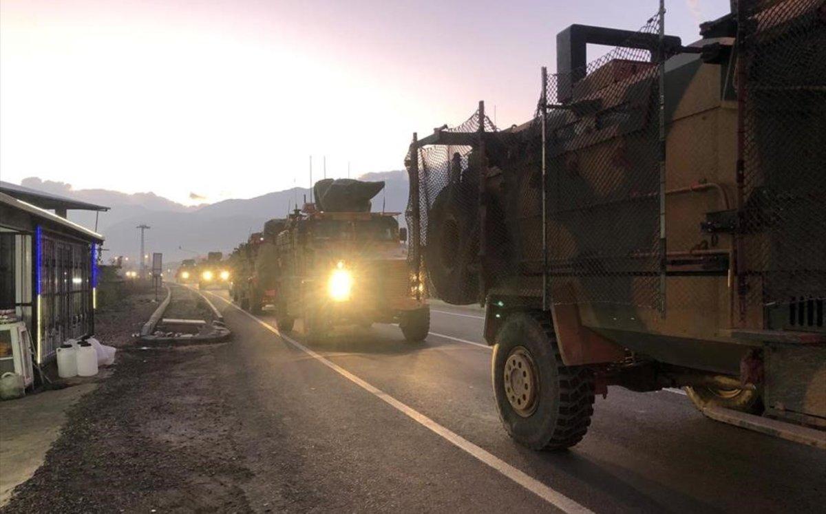 Un convoy militar turco circula por la ciudad de Kilis, en la frontera con Siria.
