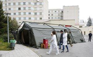 Preparación de un hospital de campaña junto al Hospital Gregorio Marañón de Madrid.