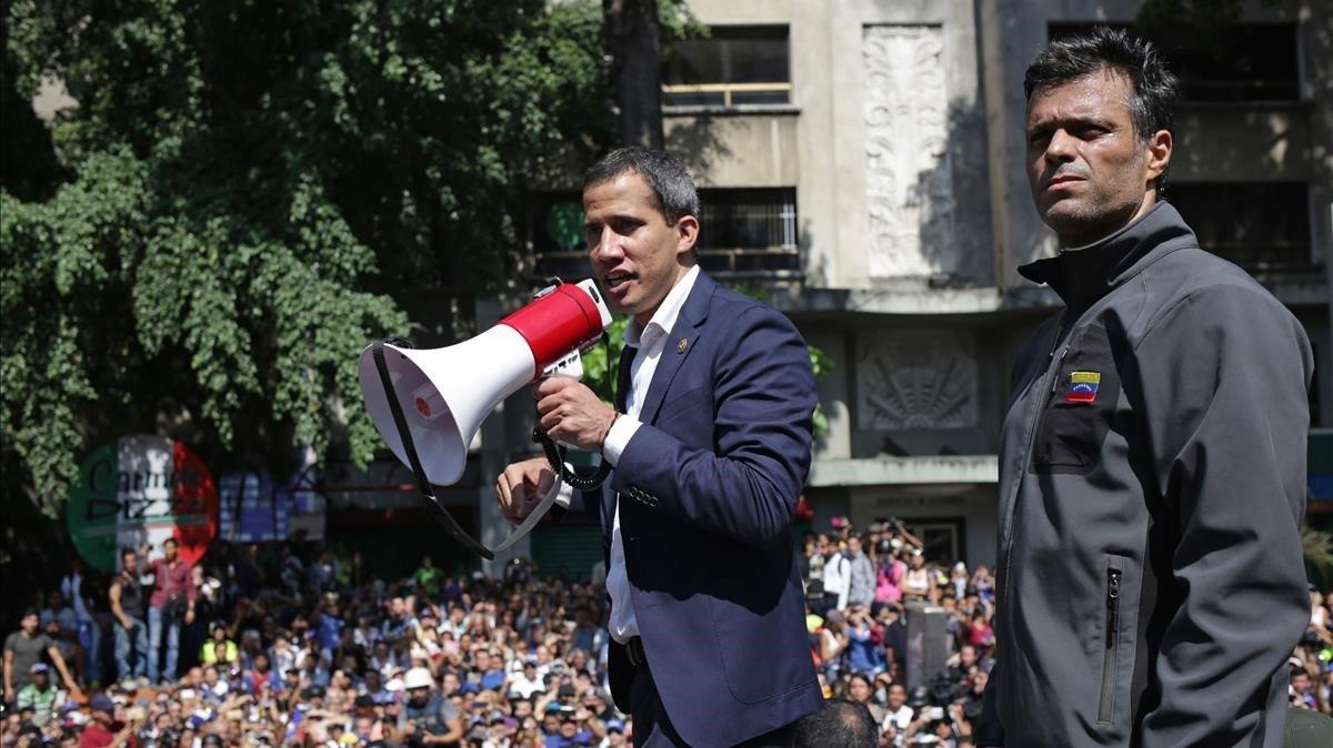 Juan Guaidó (izquierda) junto a Leopoldo López el martes en una concentración de sus seguidores en Caracas.