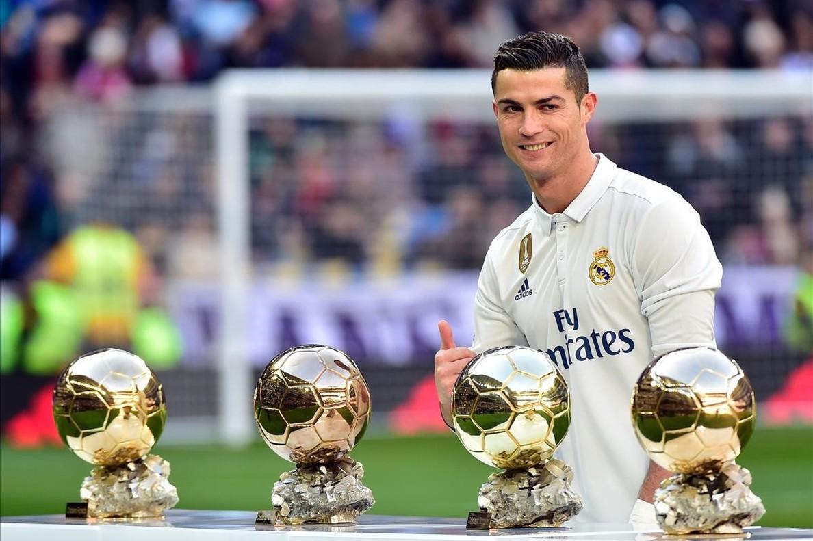 Cristiano Ronaldo posa en el Bernabéu con sus cuatro Balones de Oro el pasado mes de enero.