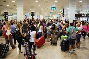 Decenas de pasajeros en el Aeropuerto del Prat.