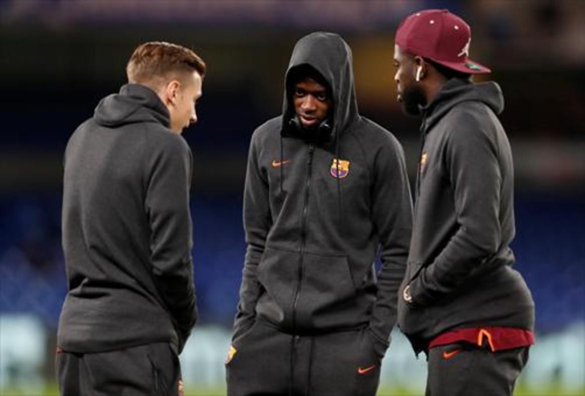 Digne, Dembélé y Umtiti conversan antes de jugar en Stamford Bridge.