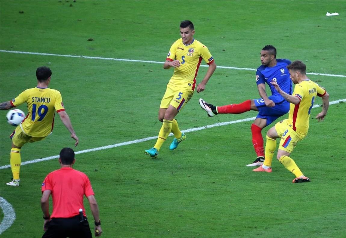 Dimitri Payet marca el segundo gol de Francia ante Rumania.