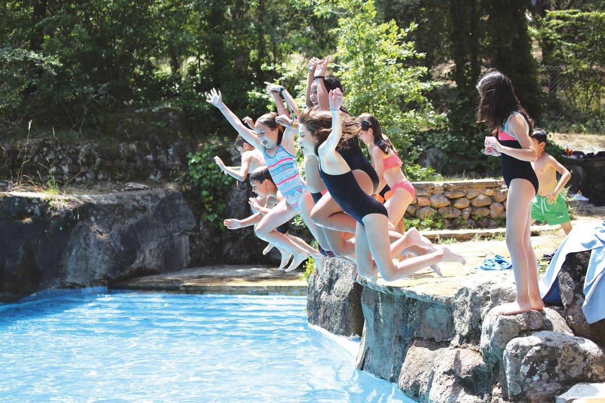 Un grupo de niños y niñas, en una piscina de Vilanova de Sau (Osona), el año pasado.