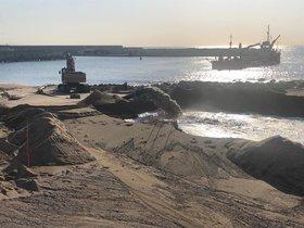 Finalitzen els treballs de dragatge per regenerar la platja de la Marina del Port de Badalona