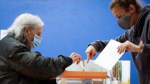 Una mujer ejerce su derecho a voto este domingo en San Sebastián