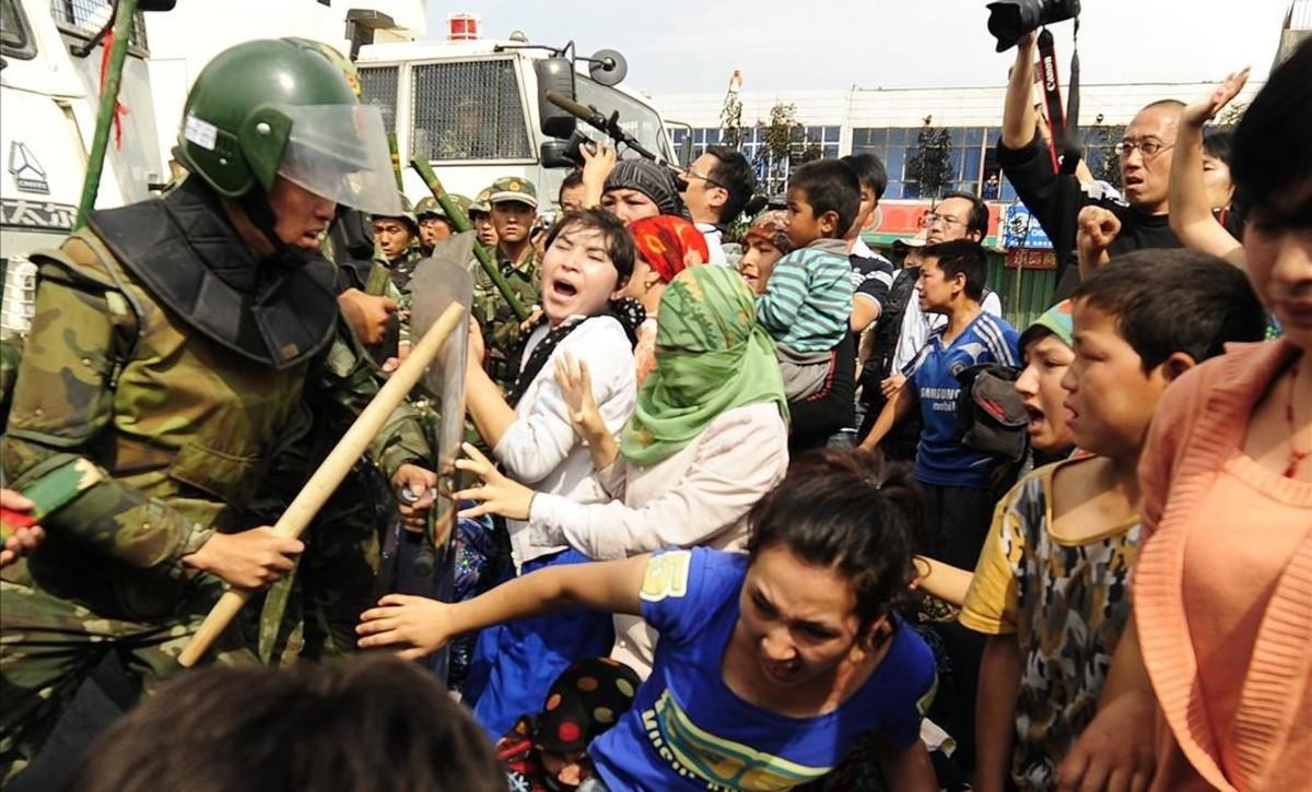 Imagen de archivo de los enfrentamientos entre manifestantes uigures y las fuerzas de seguridad chinas en el 2009, en Xinjiang, que acabaron con más de 150 muertos.