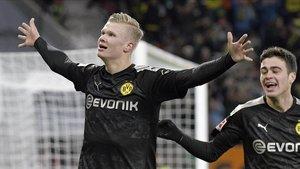 Erling Haaland celebra su tercer gol al Augsburgo en su debut liguero con el Dortmund.