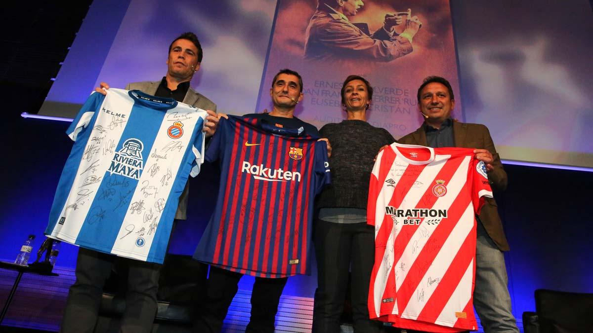 Ernesto Valverde admite la influencia de Cruyff en los entrenadores actuales. En la foto,Rubi, Valverde, Susila Cruyff y Eusebio, en el auditorio de Mediapro.