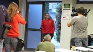 Ernesto Valverde, entrando en la sala de prensa de la Ciudad Deportiva Joan Gamper.