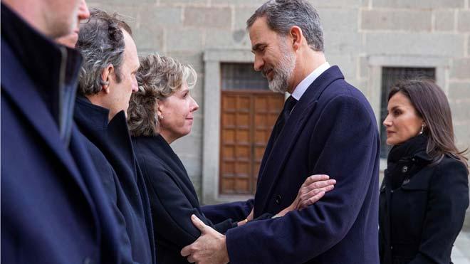Felip, Letizia i els reis emèrits assisteixen al funeral per Pilar de Borbó