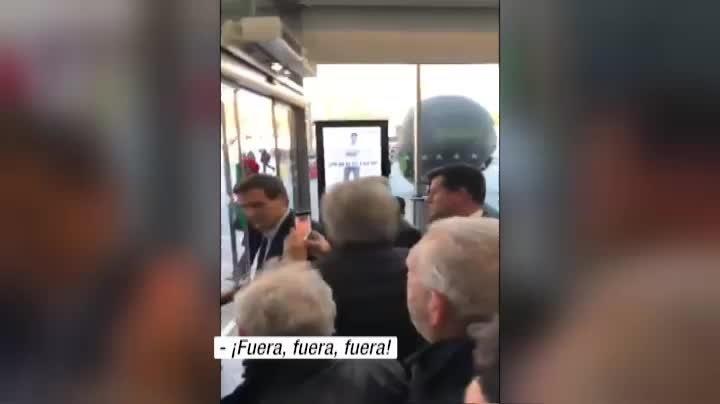 Los taxistas han protagonizado esta tarde en la madrileña estación de Atocha un enfrentamiento con el líder de Ciudadanos, Albert Rivera. Le han abucheado y llamado sinvergüenzay golfo.