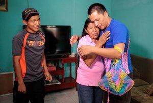 El líder campesino Víctor Díaz González, quien fue arrestado por participar en una protesta contra el gobierno de Ortega, abraza a su madre luego de ser liberado de la prisión La Modelo en Tipitapa.