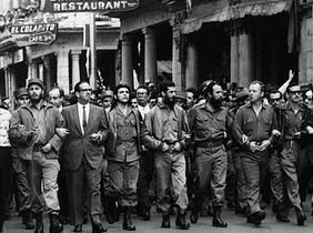 Fidel Castro junto a otros líderes cubanos durante la marcha por el funeral de las víctimas del vapor La Coubre, en la Habana, el 5 de marzo de 1960