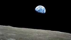Foto de la Tierra vista encima de la superficie lunar, tomada durante la misión Apollo 8 de 1968..
