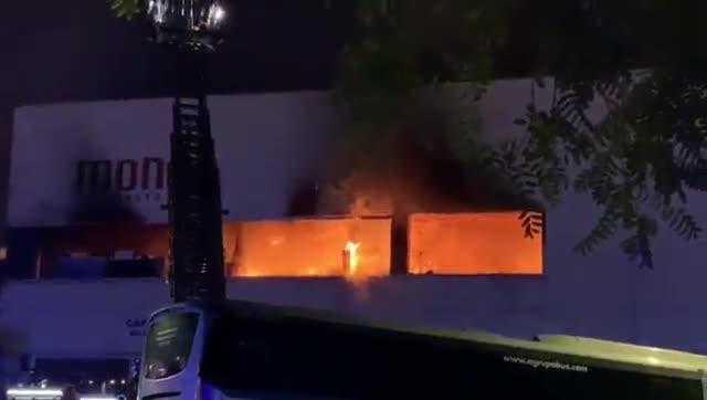 Elfuego quema un restaurante anexo al Imax.