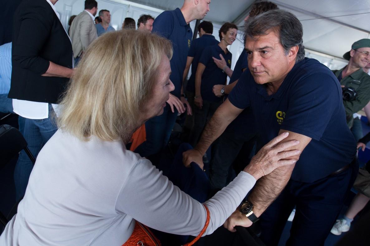 GRAF9178. BARCELONA, 30/05/2018.- Danny Cruyff (i), viuda de Johan Cruyff, saluda al expresidente del FC Barcelona, Joan Laporta (d), durante el acto en el que la Fundación Johan Cruyff , ha presentado hoy a los nuevos componentes de su patronato, entre los que se encuentran el técnico Pep Guardiola, el exbarcelonista Carles Puyol y el mismo Joan Laporata. EFE/ Enric Fontcuberta.