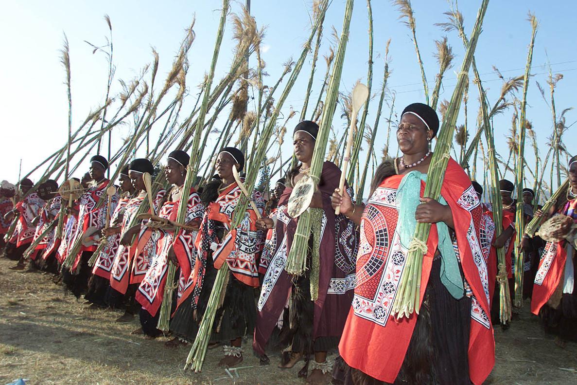 Mujeres suazíes celebrando una tradicional ceremonia de danza.