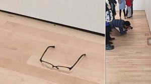 Un noi deixa unes ulleres en un museu i la gent es pensa que és art