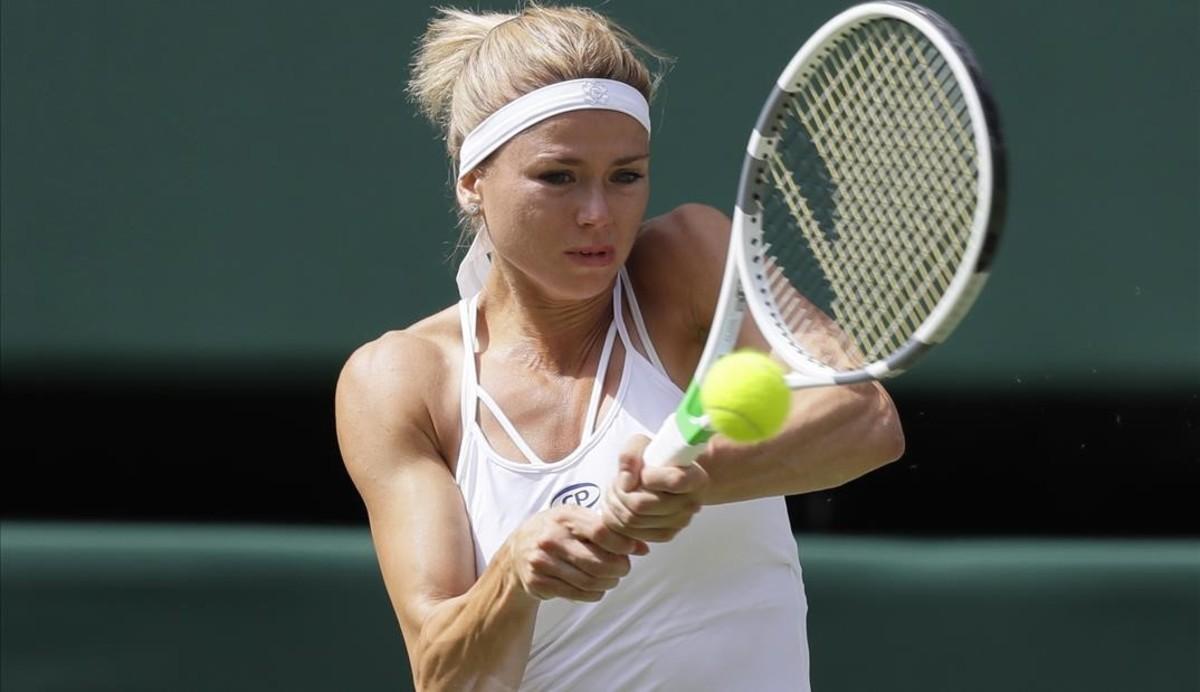 Giorgi golpea un revés en Wimbledon, durante su partido contra Serena Williams.