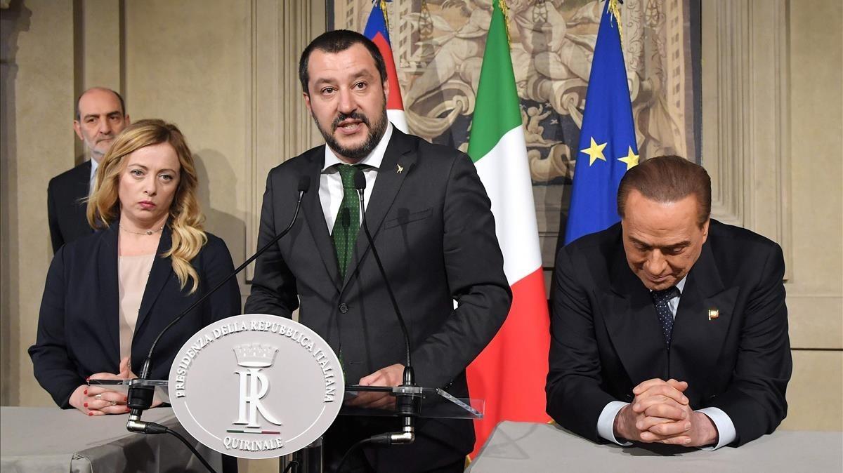 Berlusconi, a las derecha de la imagen, junto a Salvini.