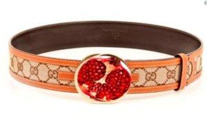 Un cinturón con unagranada (fruta) como hebilla que ha servido de mofa de lo ocurrido en Sants y Atocha.