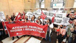 Manifestación de médicos en la sede del Institut Català de la Salut (ICS) en la primera jornada de huelga en la atención primaria.