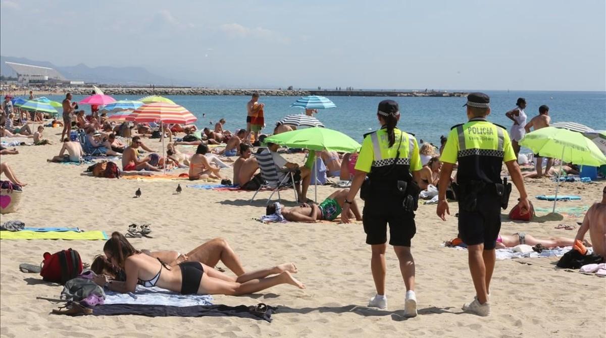 Una patrulla del Grupo de Playas a la alturadel Bogatell, el pasado verano.
