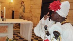 Imagen de archivo de una santera cubana, realizando un ritual.