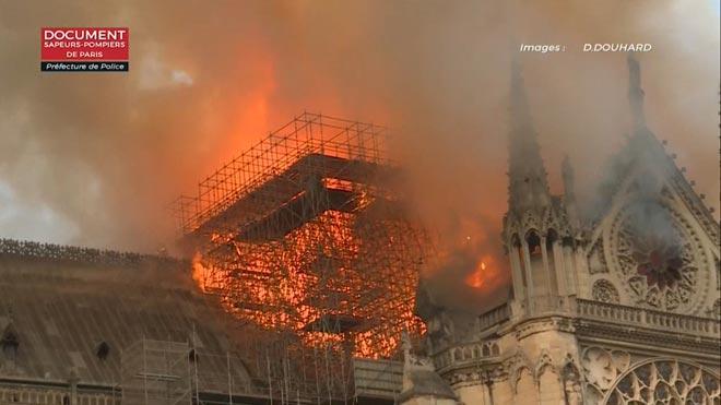 El incendio de la catedral de Notre Dame, grabado por los bomberos de París.