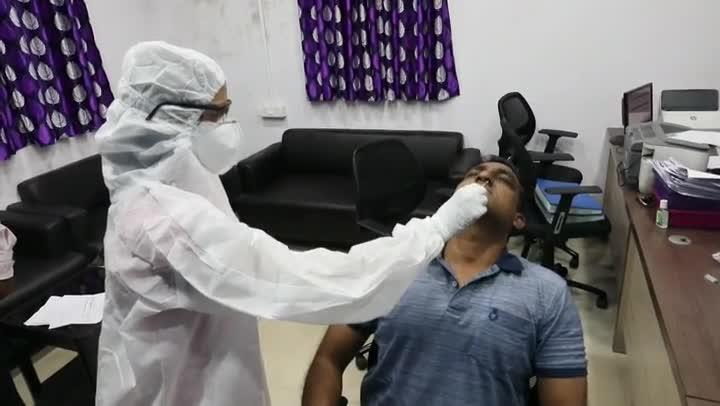 La India cruzó este miércoles la barrera de los cinco millones de casos de coronavirus, al sumar más de 90.000 nuevas infecciones en las últimas 24 horas y 1.290 muertes en ese mismo periodo de tiempo, el mayor aumento registrado en el país desde el inicio de la pandemia.