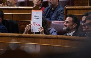 Inés Arrimadas enseña una carpeta con el nombre de Adriana Lastra, del PSOE.