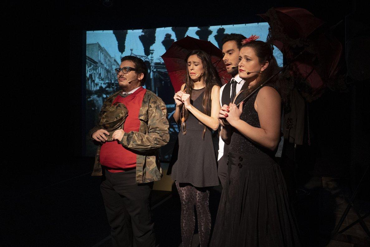 Los cuatro actores y cantantes en una escena de la obra.