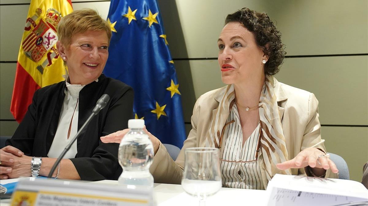 Magdalena Valerio junto a Consuelo Rumí durante la Conferencia Sectorial de Inmigración.