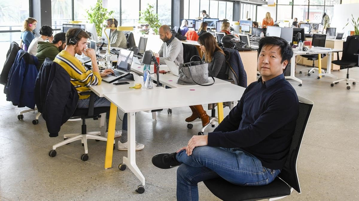 El director de la empresa Peninsula, Simon Lee,posa en una de las salas de 'coworking' en el Canodrom Parc de Recerca Recreativa.