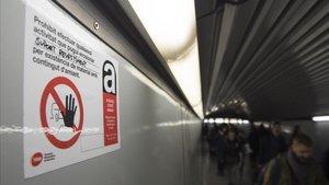 Uns cartells per risc d'amiant alarmen passatgers del metro de Barcelona