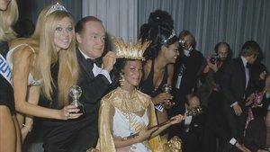 Jennifer Hosten, la represetante de Grenada, coronada Miss Mundo en 1970. A su lado, Pearl Jansen, la primera negra sudafricana que concurrió al certamen, que aquel año presentó Bob Hope.