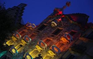 La Casa Batlló iluminada con la bandera gay, durante los ensayos del martes por la noche.
