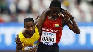 Jonathan Busby, ayudado por Braima Dabó, en Doha.